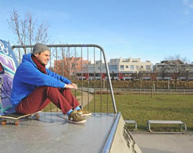 Farid Hafez auf einem Skateboard