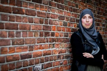 Samya Hafsaoui moderiert niederländische News-Show